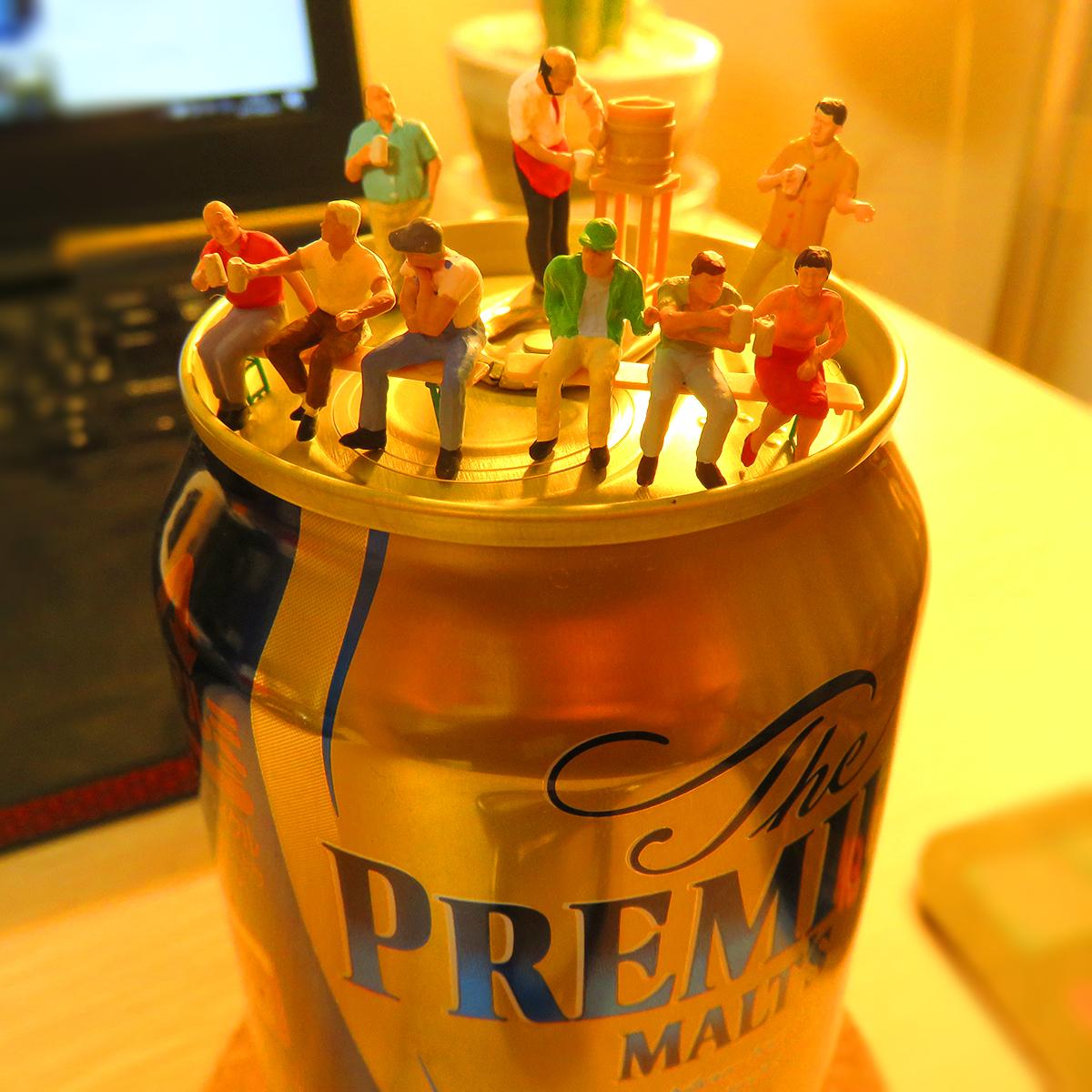 8月25日はプレミアムフライデー!プレミアムモルツのビール缶の上でビアガーデンを楽しむ人達