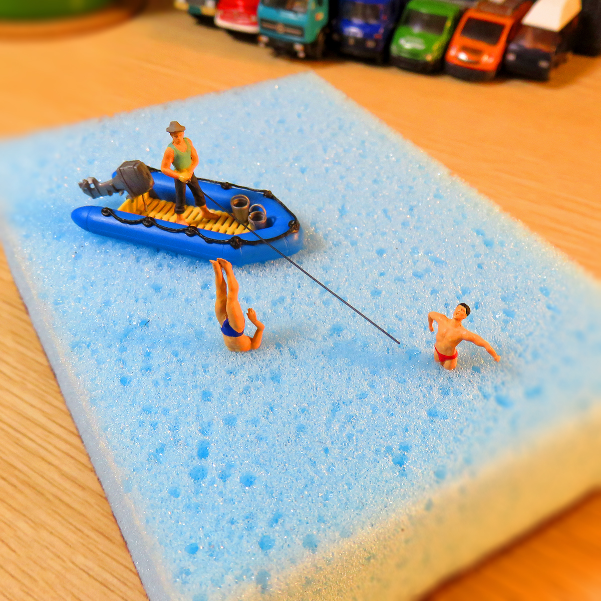 スポンジ湖で釣りをする釣り人と泳ぎ釣られる海パン野郎