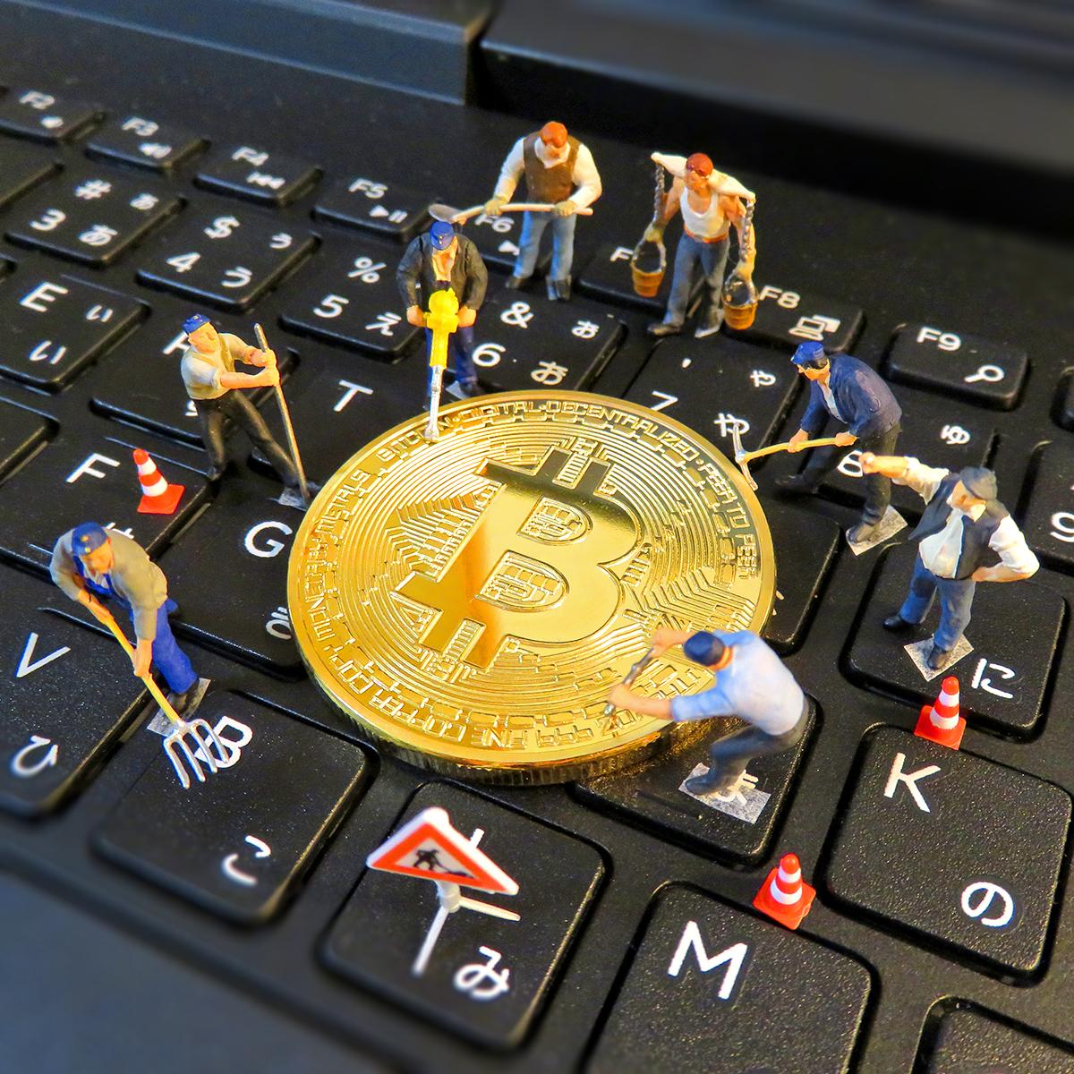 インターネットからビットコインを採掘する作業員
