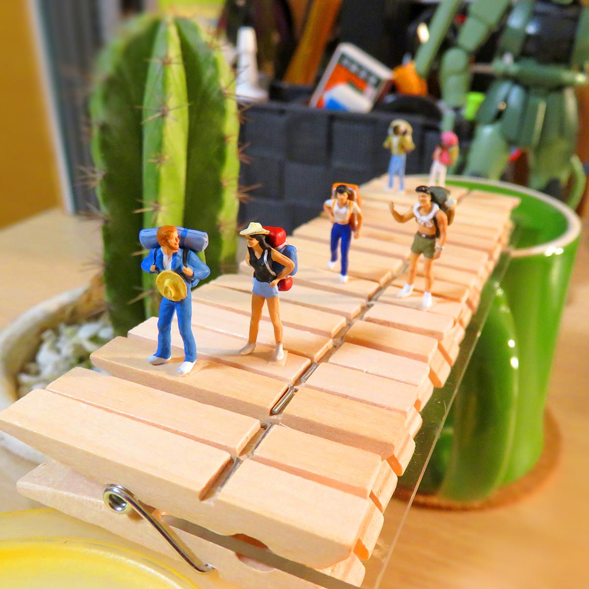 木製ピンチ吊り橋を渡る旅人たち