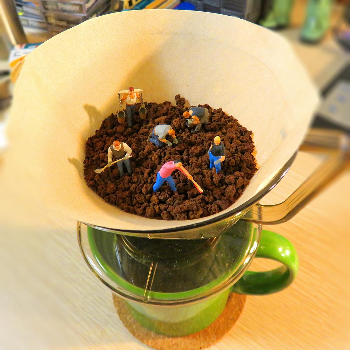 コーヒー豆を粗挽きから細挽きに耕す作業員たち