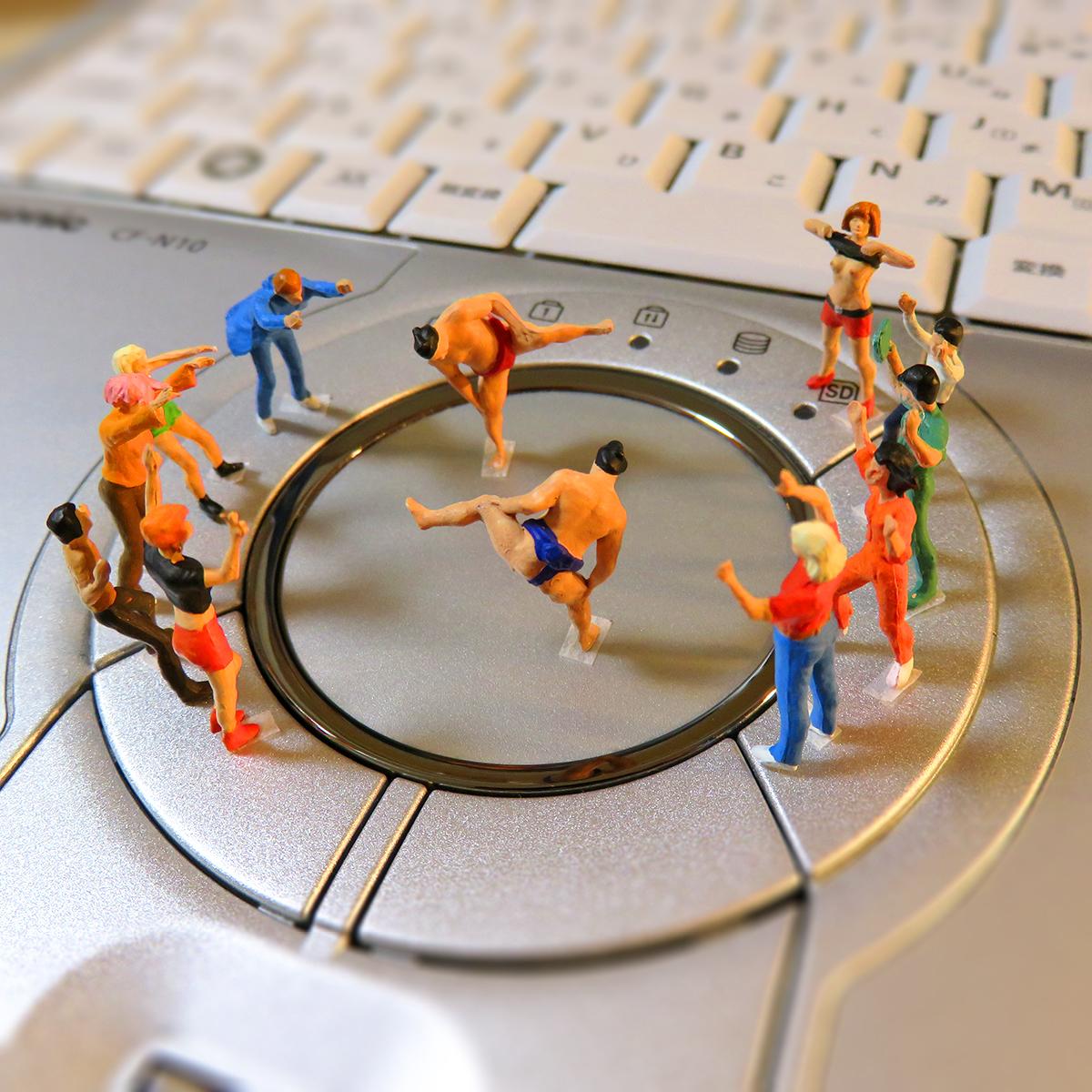 レッツノートパソコンのタッチパッドで相撲するお相撲さんと観客たち