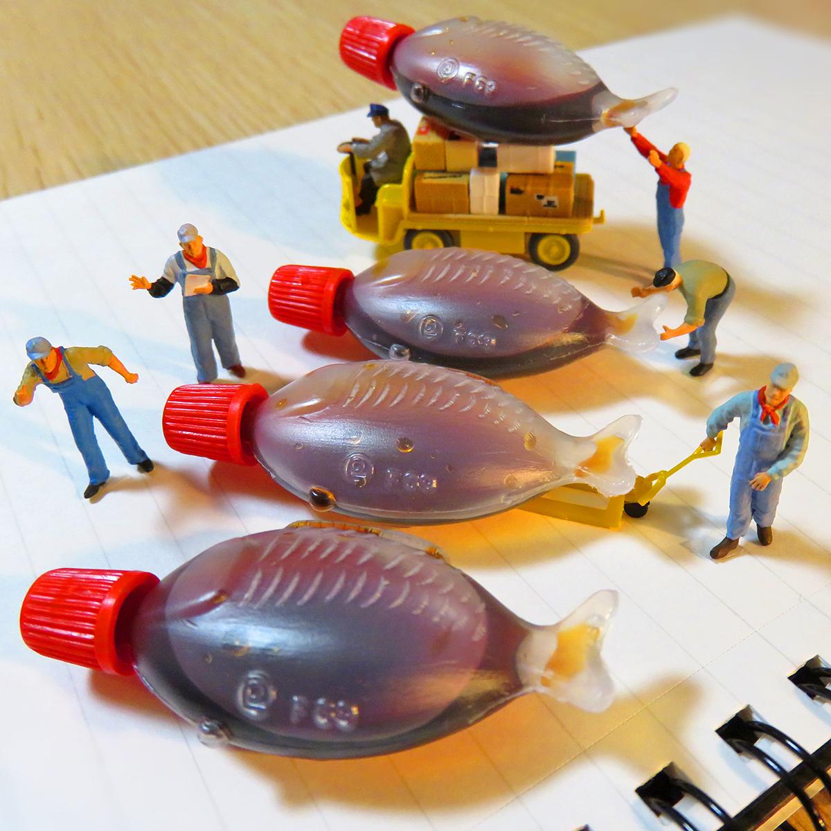市場で醤油魚を販売する卸売業者たち