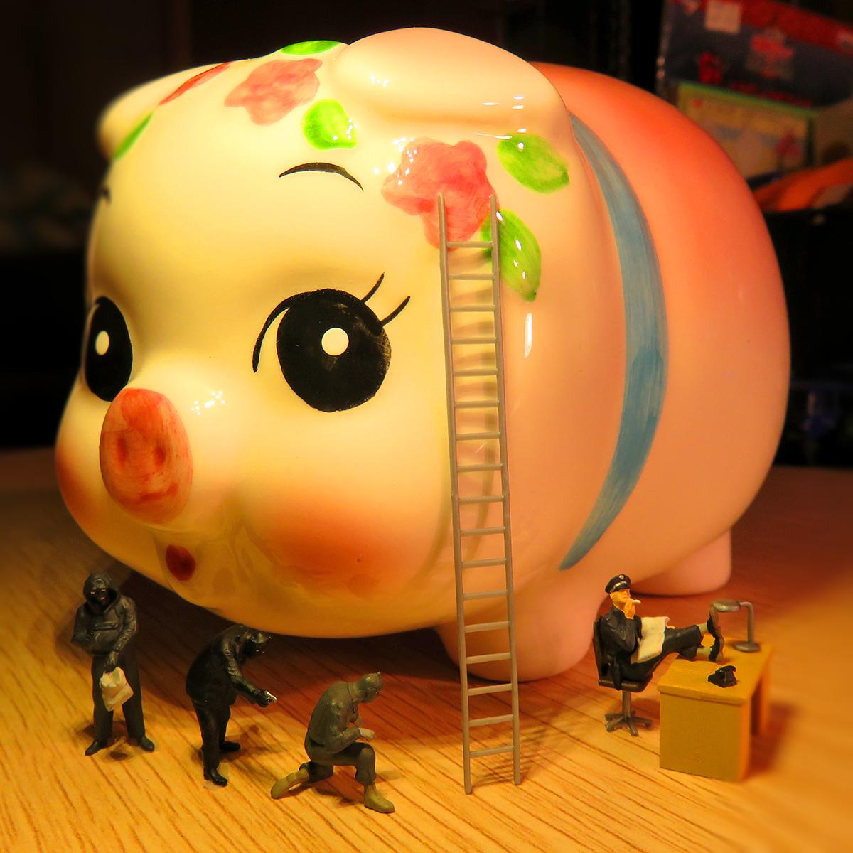 10月17日は貯蓄の日!ブタの貯金箱の警備員の目を盗んでお金を狙う泥棒たち