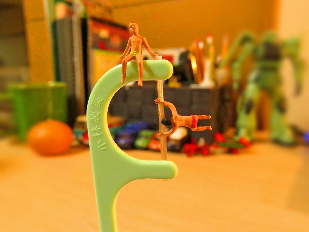 小林製薬の糸ようじポール遊具で遊ぶ子供たち