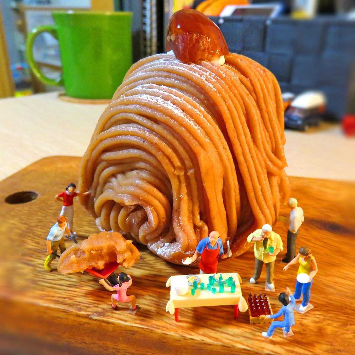 食欲の秋!巨大モンブランケーキパーティーで食べて楽しむ人達