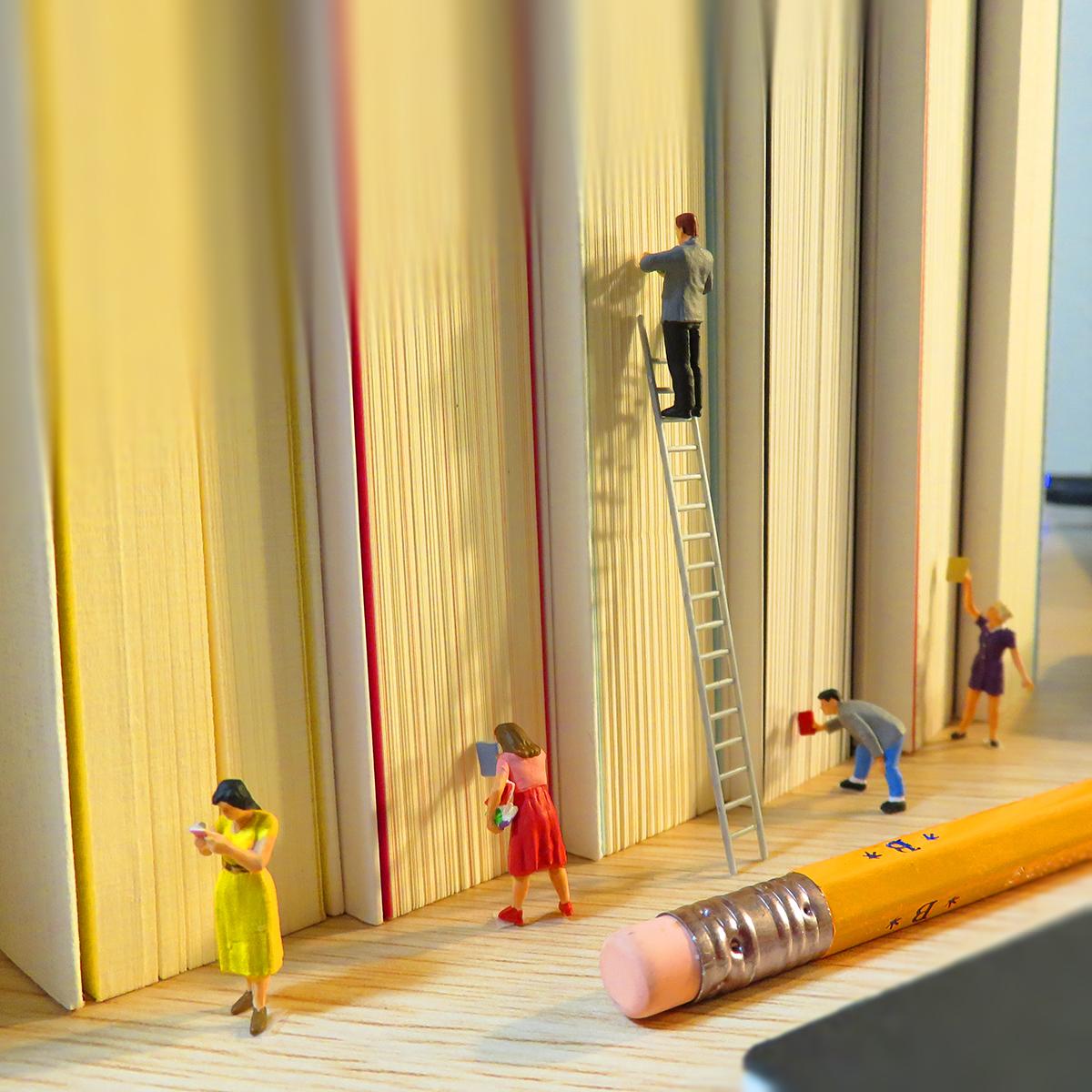 読書の秋!巨大本棚の図書館で本を探す読書家たち