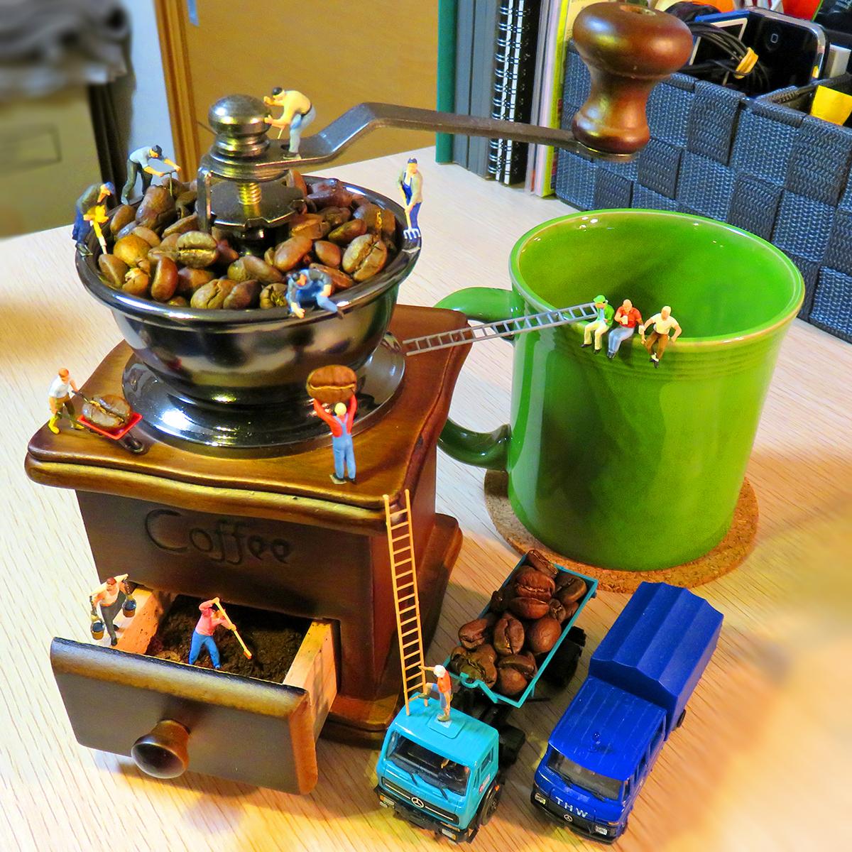 コーヒー工場から届けられた良質なコーヒー豆をコーヒーミルで挽く作業員たち
