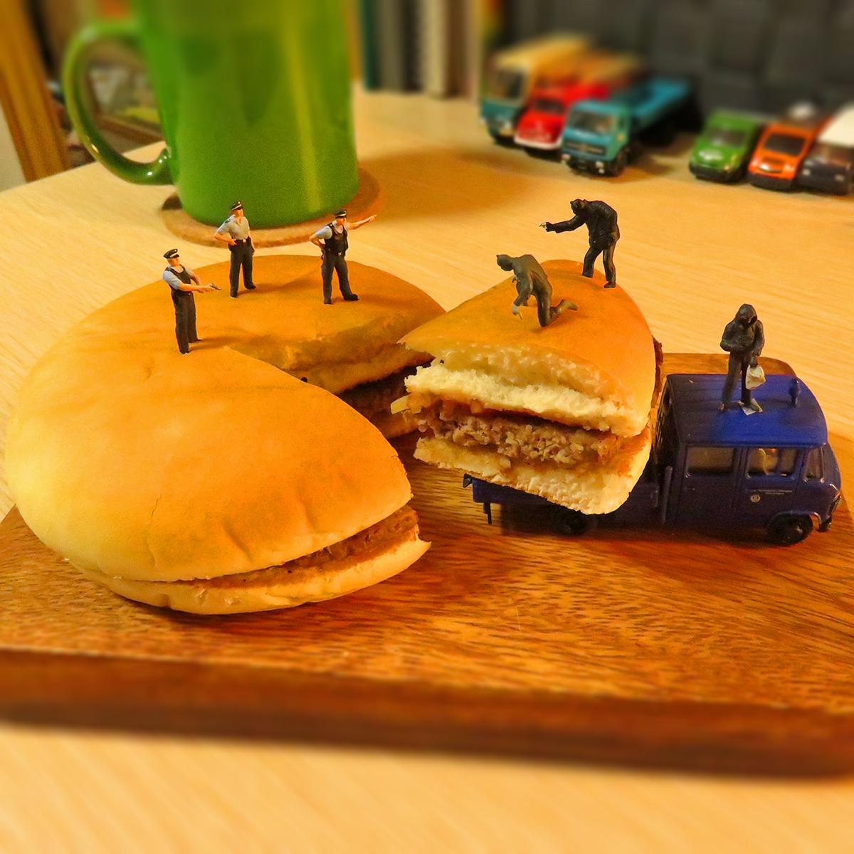 マクドナルドのハンバーガーを盗んで逃げる泥棒と捕まえそこねた警察官