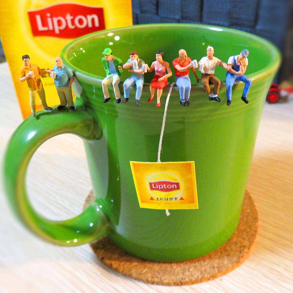 11月1日は紅茶の日!リプトンティーで宴会する人達