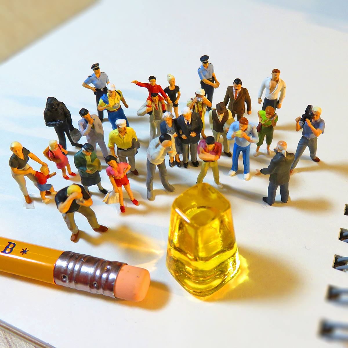 巨大な黄金糖が発見されて一目見ようと集まる人達