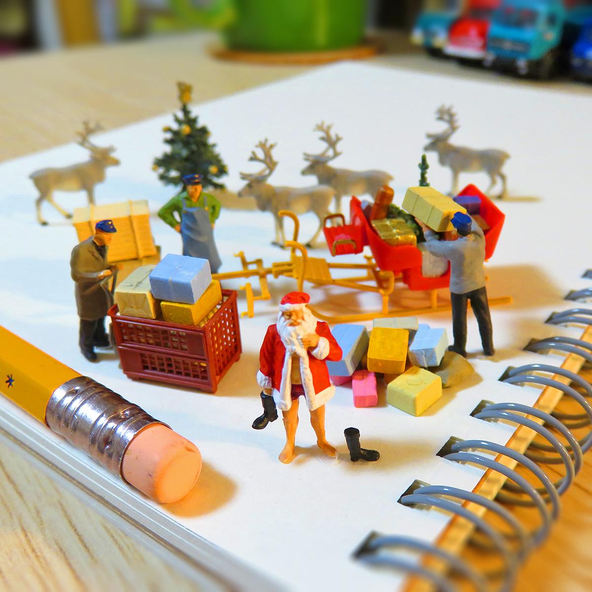 12月24日はクリスマスイブ!着替えて準備するサンタクロースとプレゼントをソリに積む作業員たち
