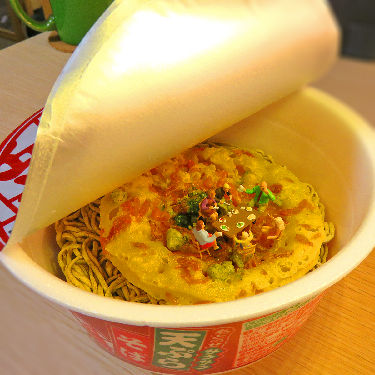 今年も残りわずか!どん兵衛の天ぷらの上で年越しそばを食べる家族