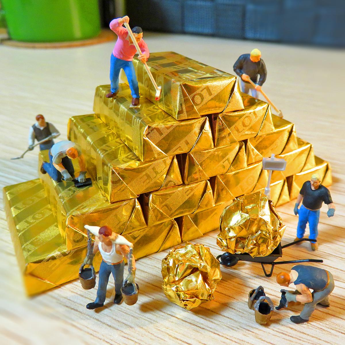 今日はゴールドラッシュの日!ミルクチョコレート金塊を採掘するガーナの作業員