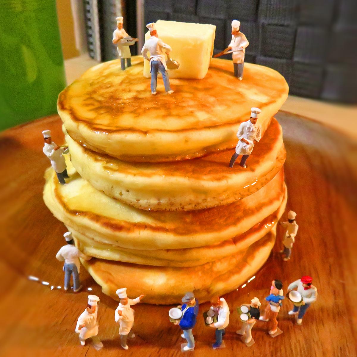 巨大パンケーキを作る料理人と食べたくて行列になる人達
