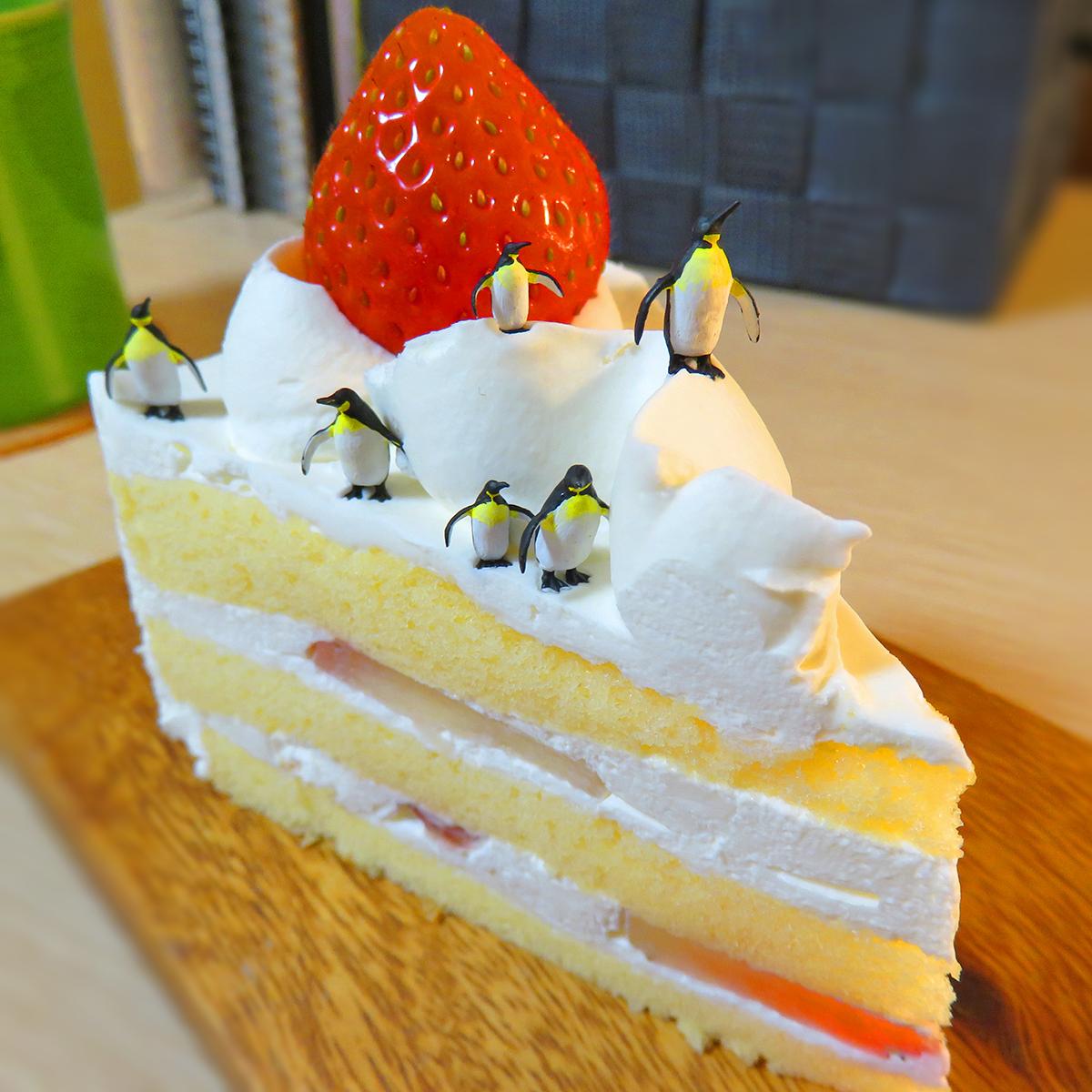 今日はケーキの日!クリーム雪のショートケーキで暮らすペンギン