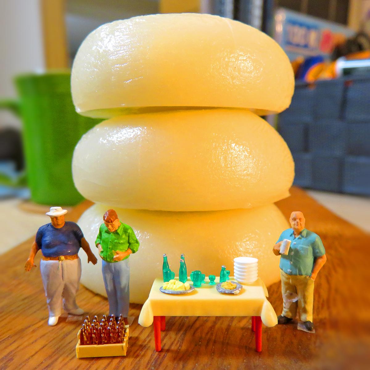 おせち料理を食べすぎてお餅みたいに三段腹になった正月太りの男たち