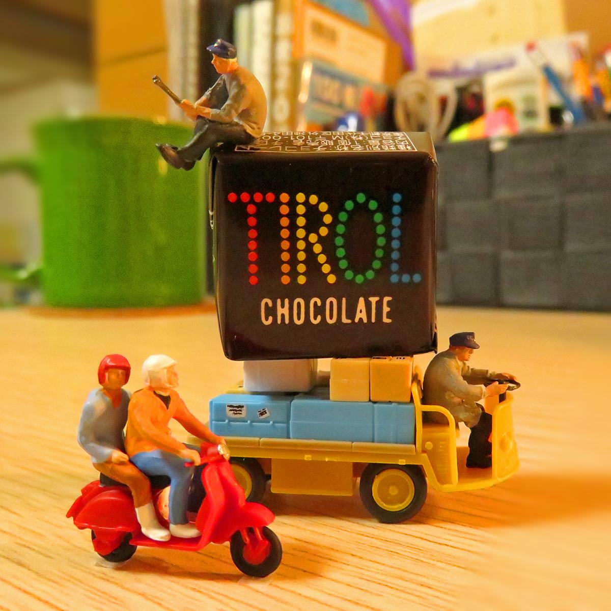 バレンタインデー前日!チロルチョコを運ぶ作業員と2人乗りバイク