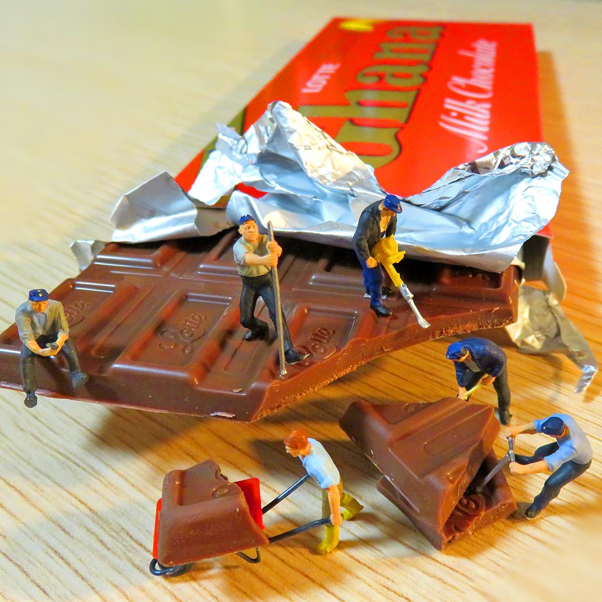 バレンタインデー間近!ガーナのチョコレートを割りチョコに工事するロッテの作業員