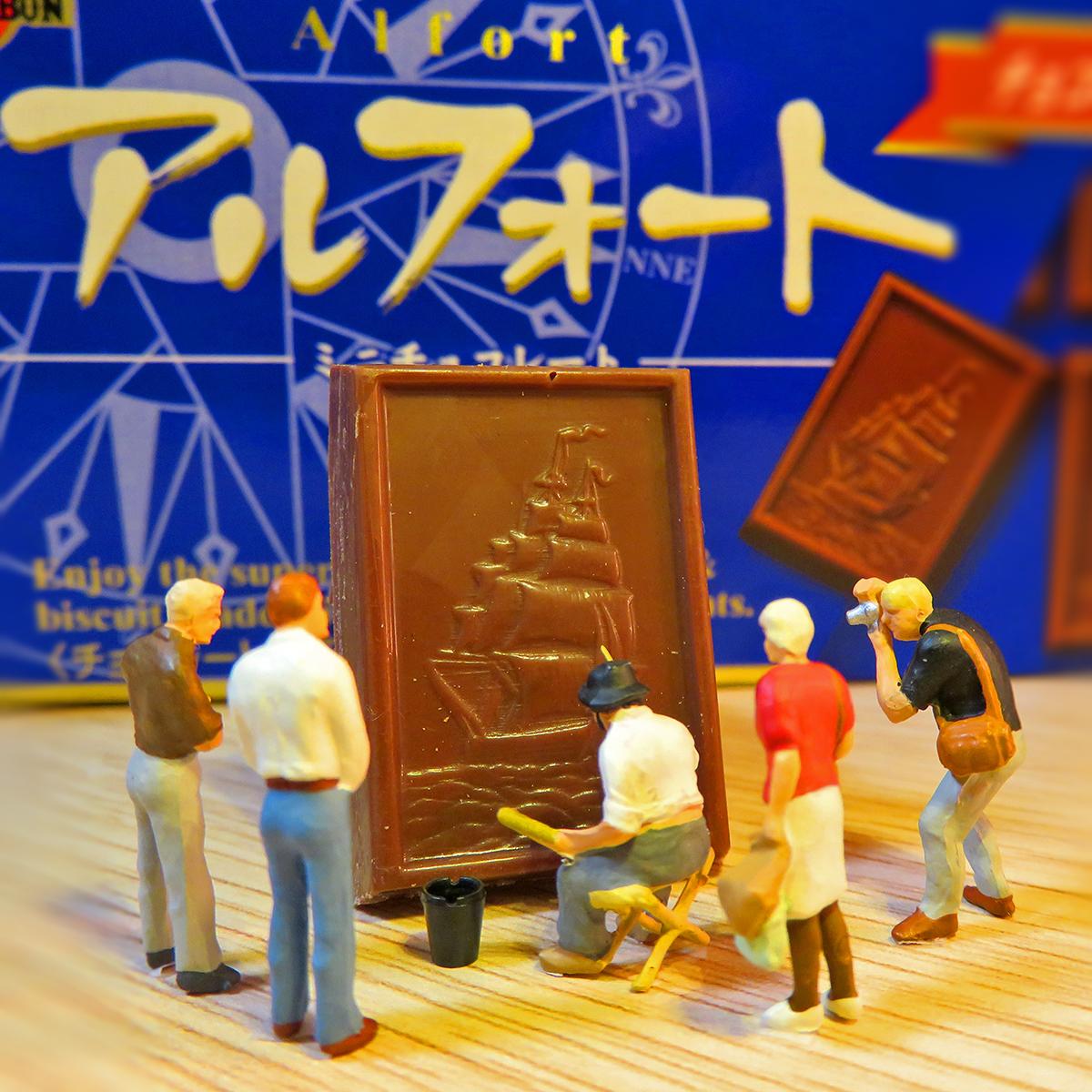 チョコレートに船の絵を描く美術家のアルフォートさん