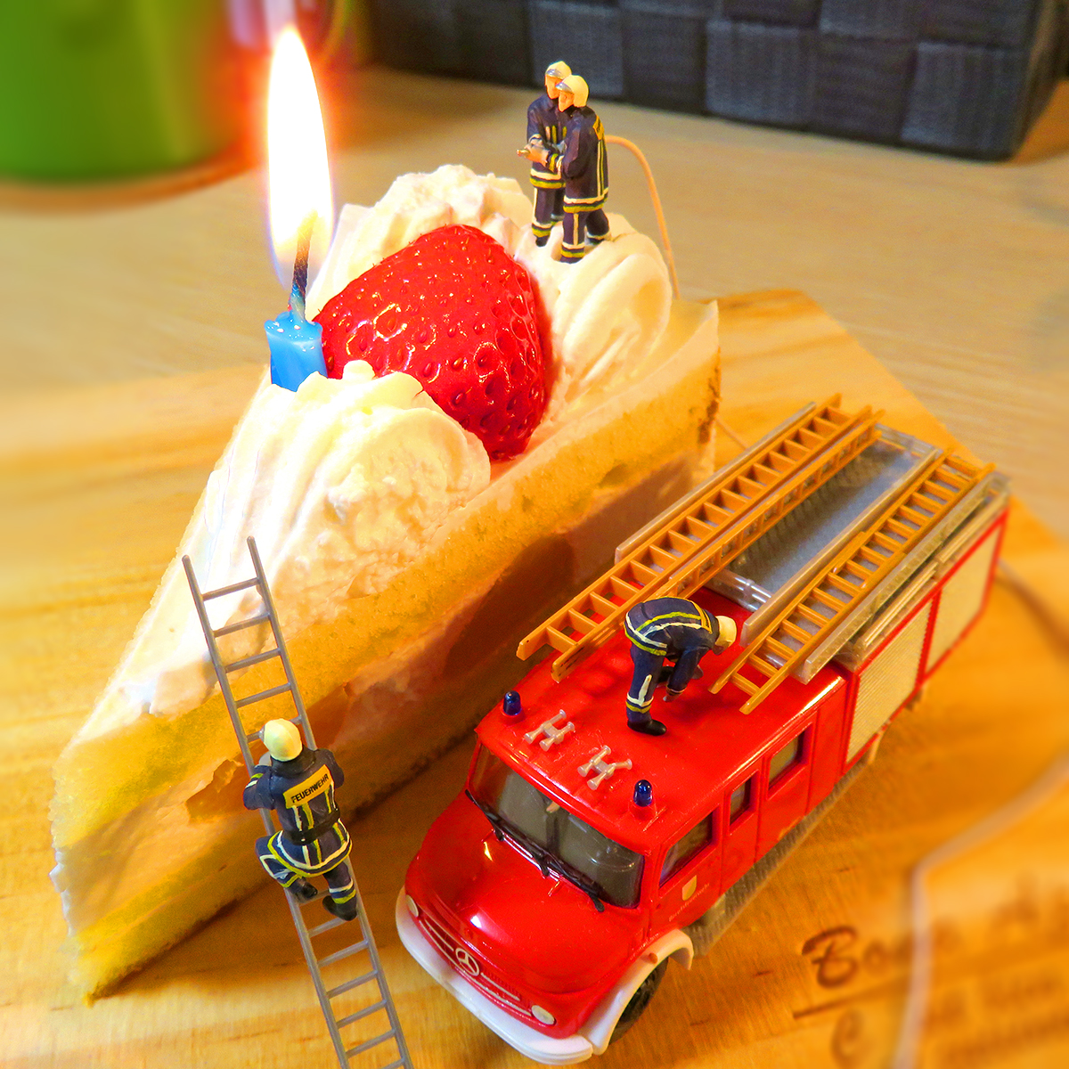 3月7日は消防記念日!ショートケーキに刺さった蝋燭の火を消す消防隊員