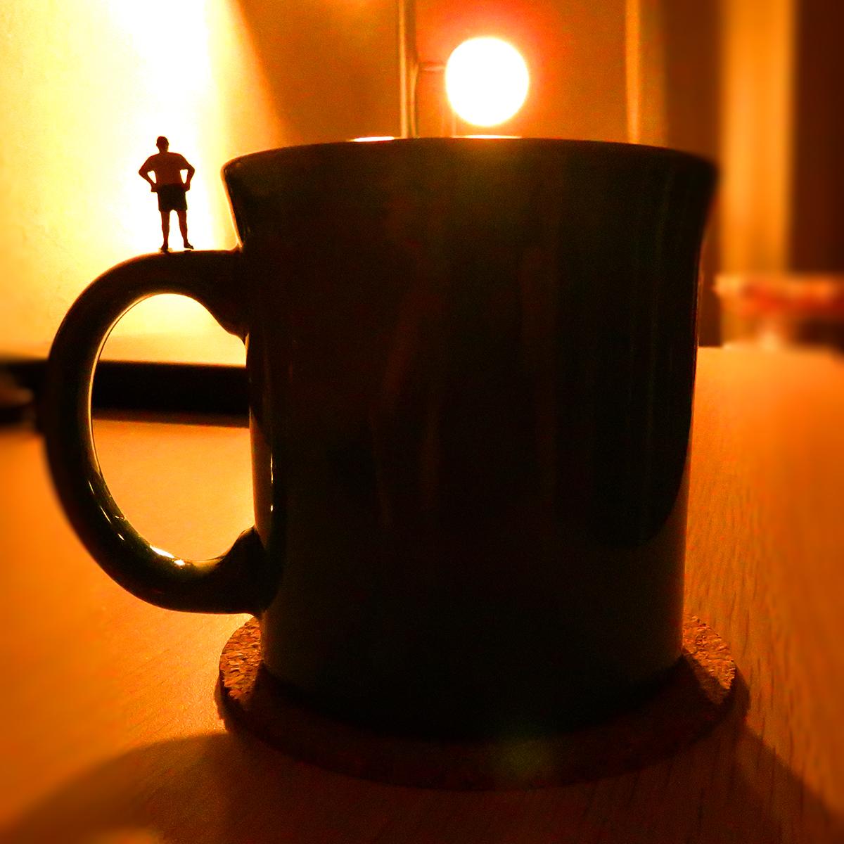 今日はミニチュアの日!マグカップに立つ小人