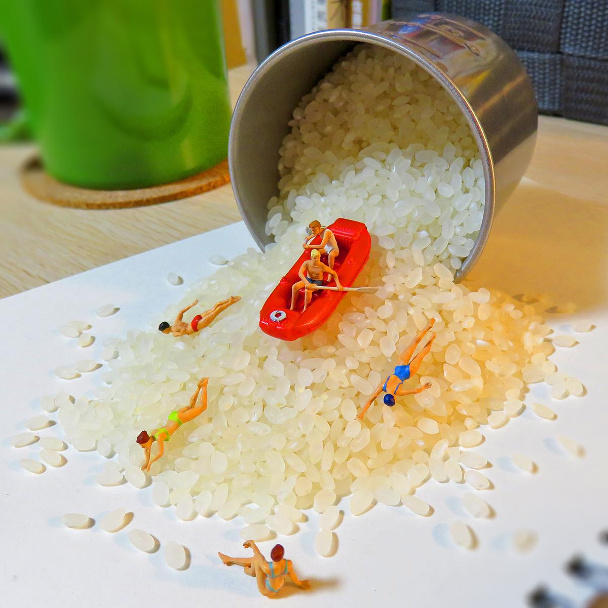 お米粒の急流でラフティングを楽しむ人達
