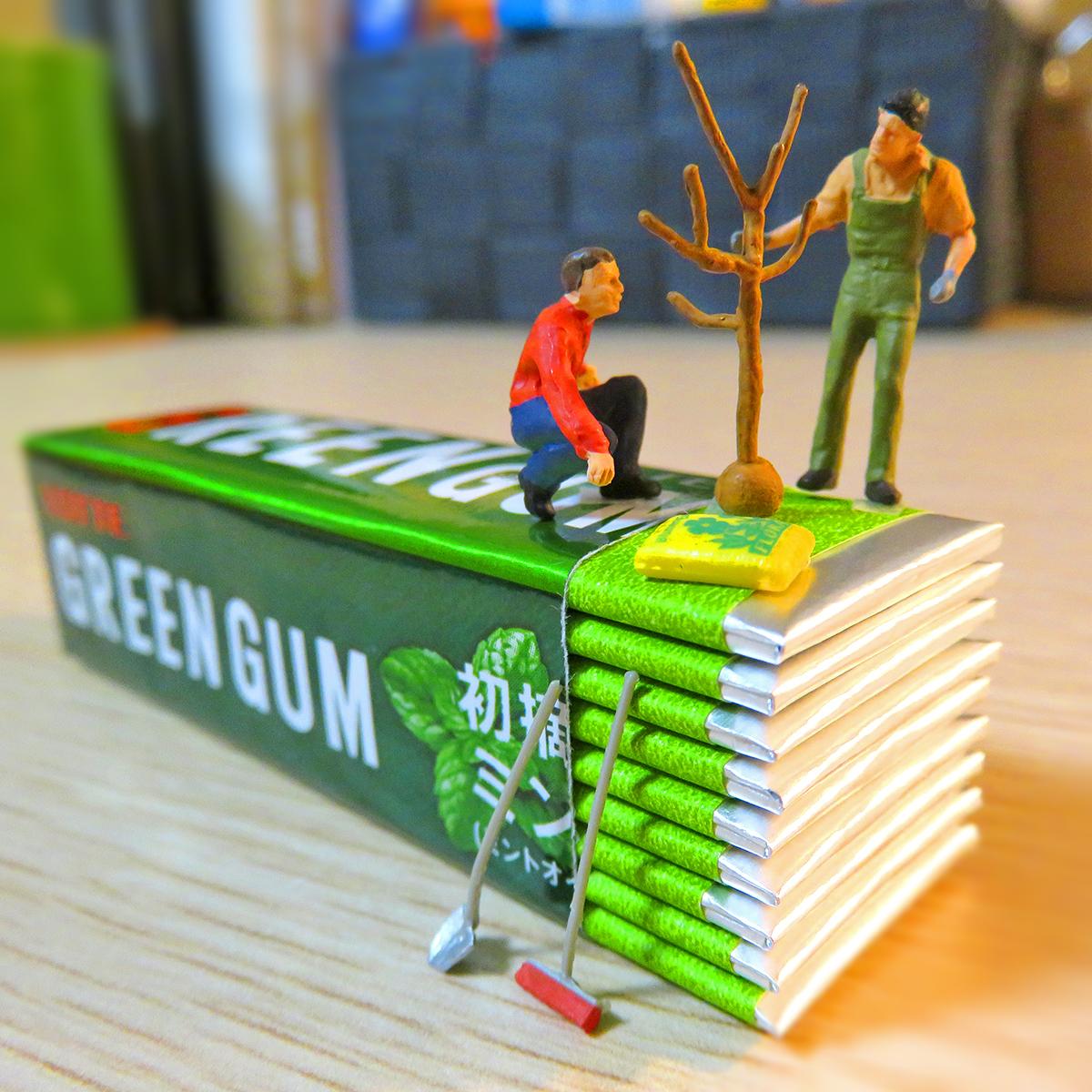 グリーンガムにミントの苗木を植えるロッテの林業作業員
