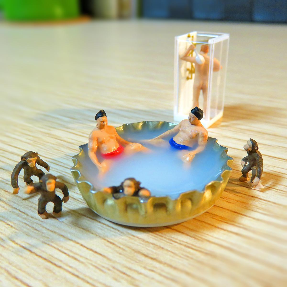 4月26日はよい風呂の日!瓶のフタ温泉に浸かるお相撲さんと猿