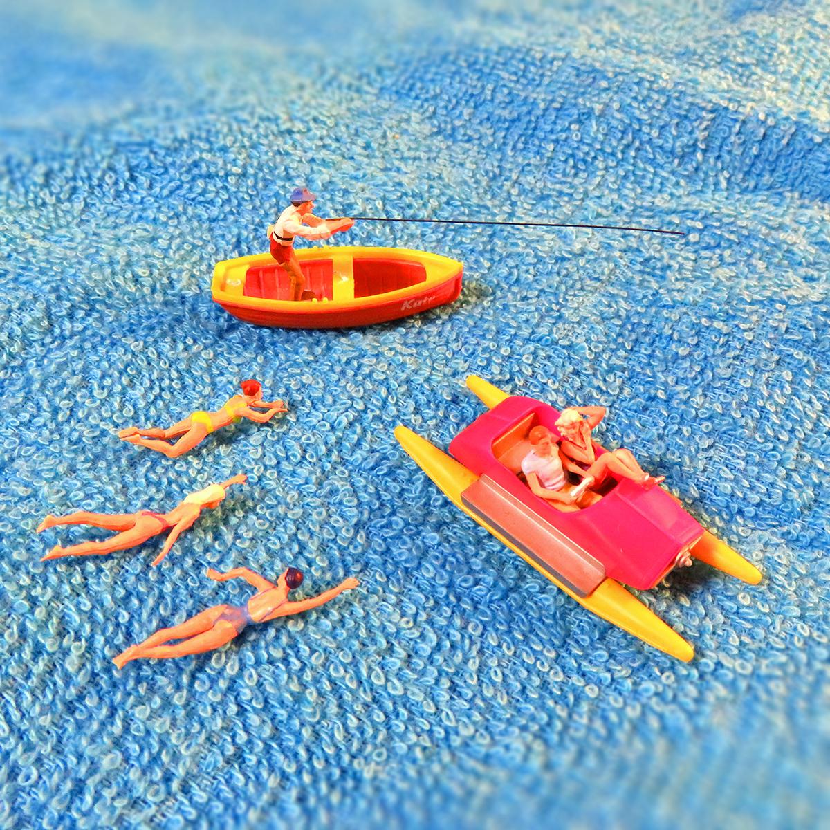 タオル湖でペダルボートに乗るカップル、ボートで釣りをする釣り人、水泳する女子