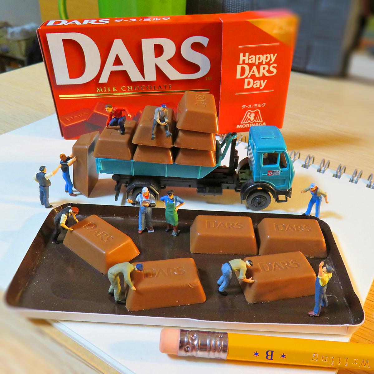 ダースチョコレートを並べる森永の作業員