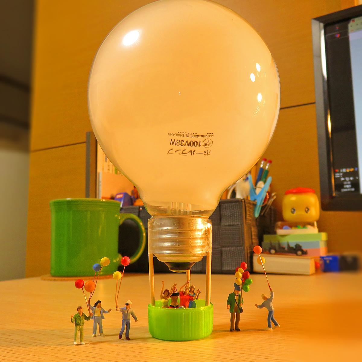 電気の力で空を飛ぶ電球気球