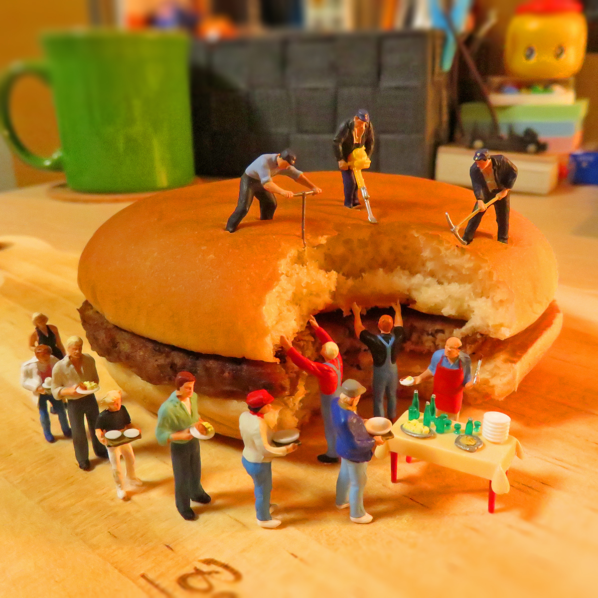 7月20日はハンバーガーの日!マクドナルドの巨大ハンバーガーを食べたくて行列になる人達