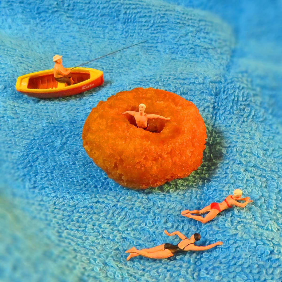 ドーナツ浮き輪に揺られて海を楽しむ人