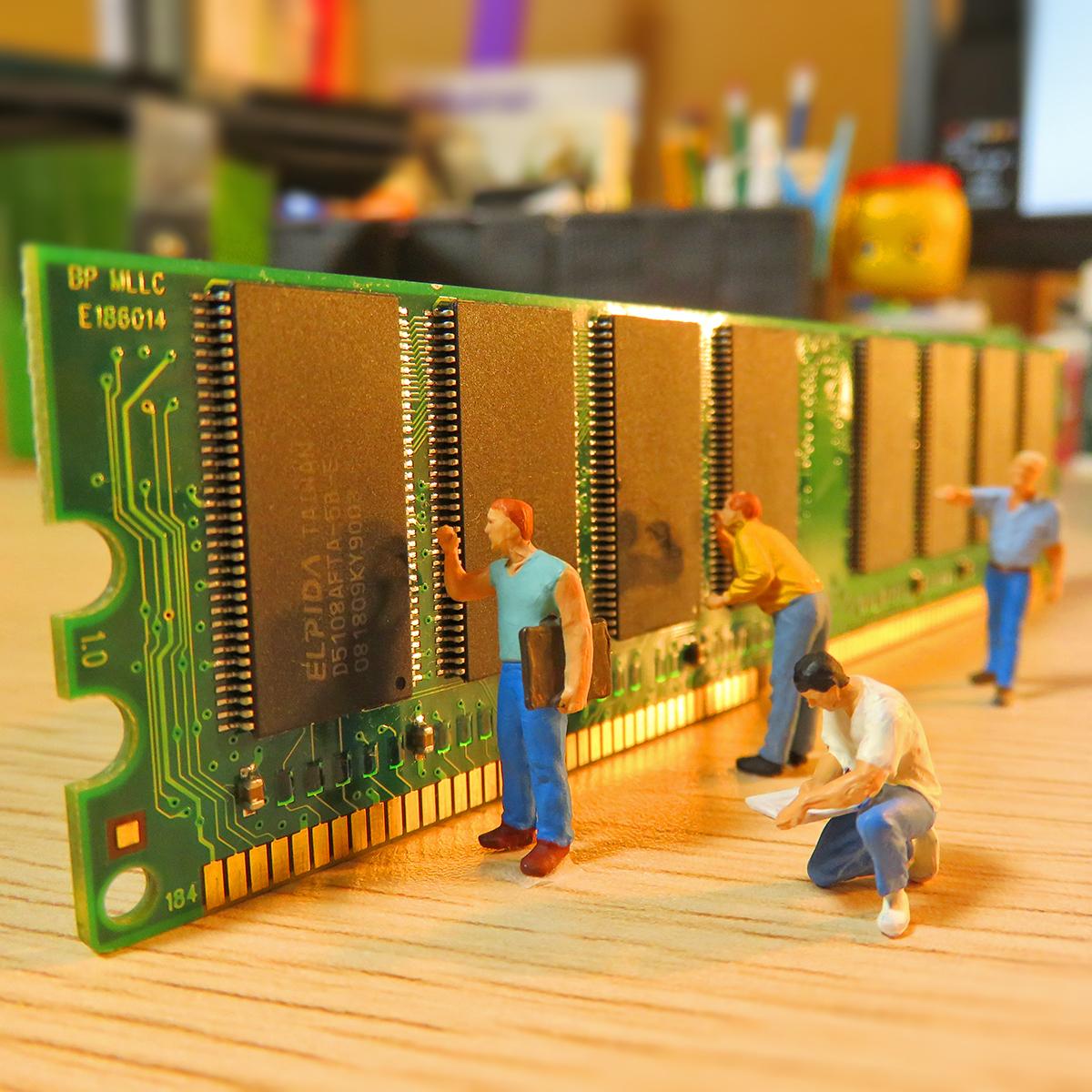 9月28日はパソコン記念日!パソコン内部で記憶を担当するメモリー作業員