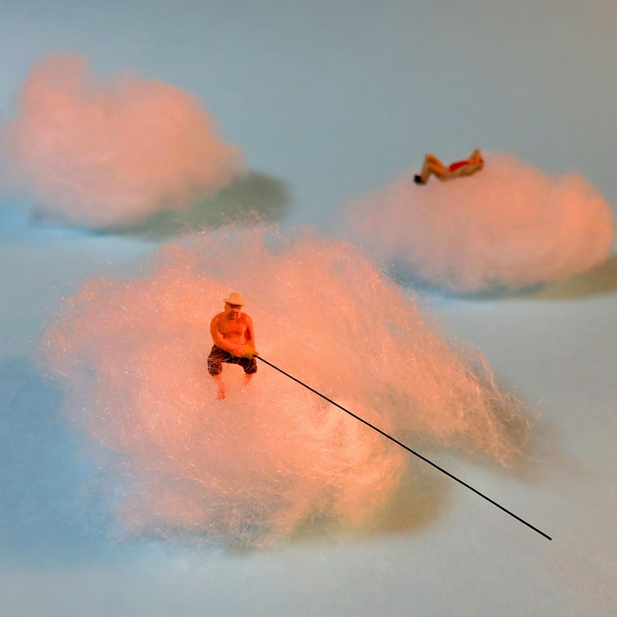 9月20日は空の日!綿雲から釣りをする雷様の赤鬼おじさん