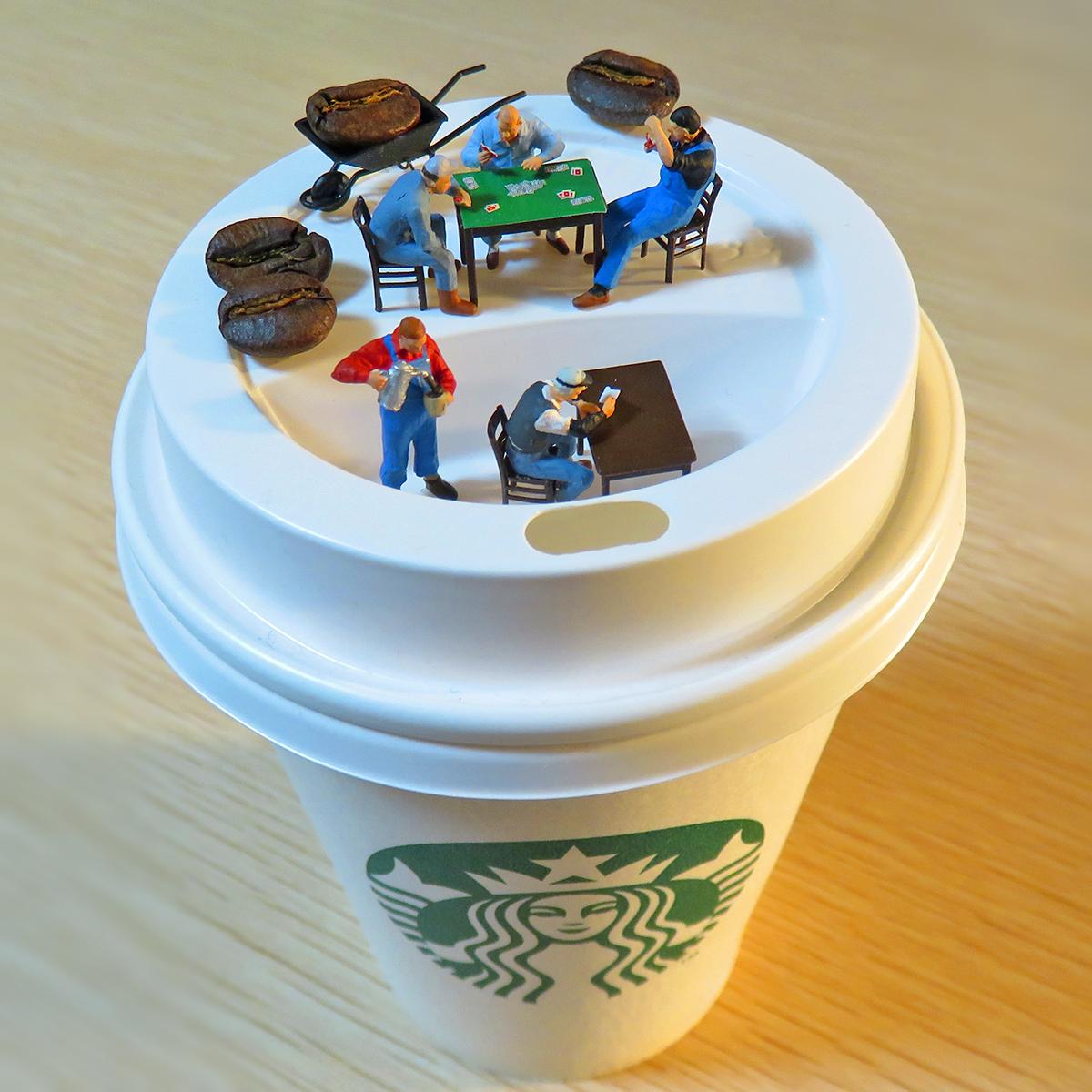 スターバックスでコーヒーブレイクする作業員