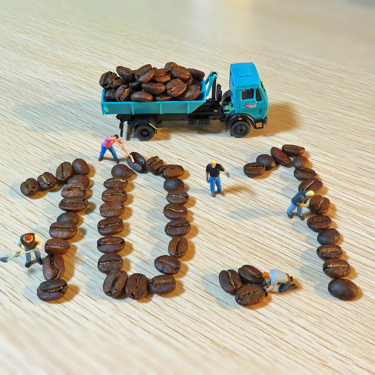 10月1日はコーヒーの日!コーヒー豆を並べて10.1を作る作業員