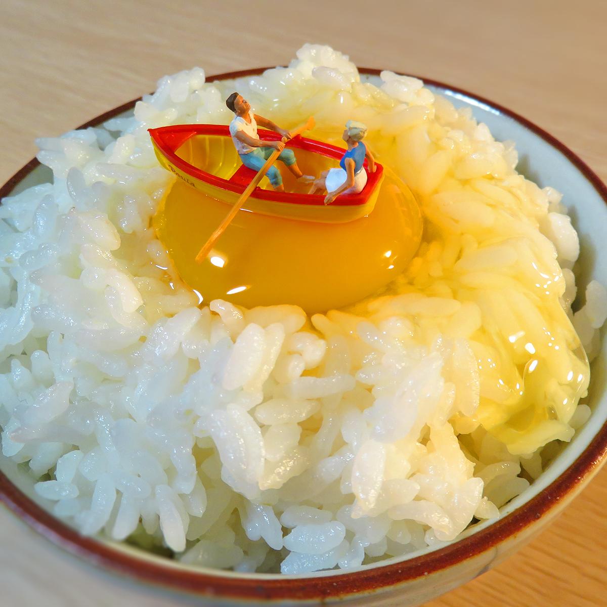 10月30日はたまごかけごはんの日!卵の黄身でボートを楽しむカップル
