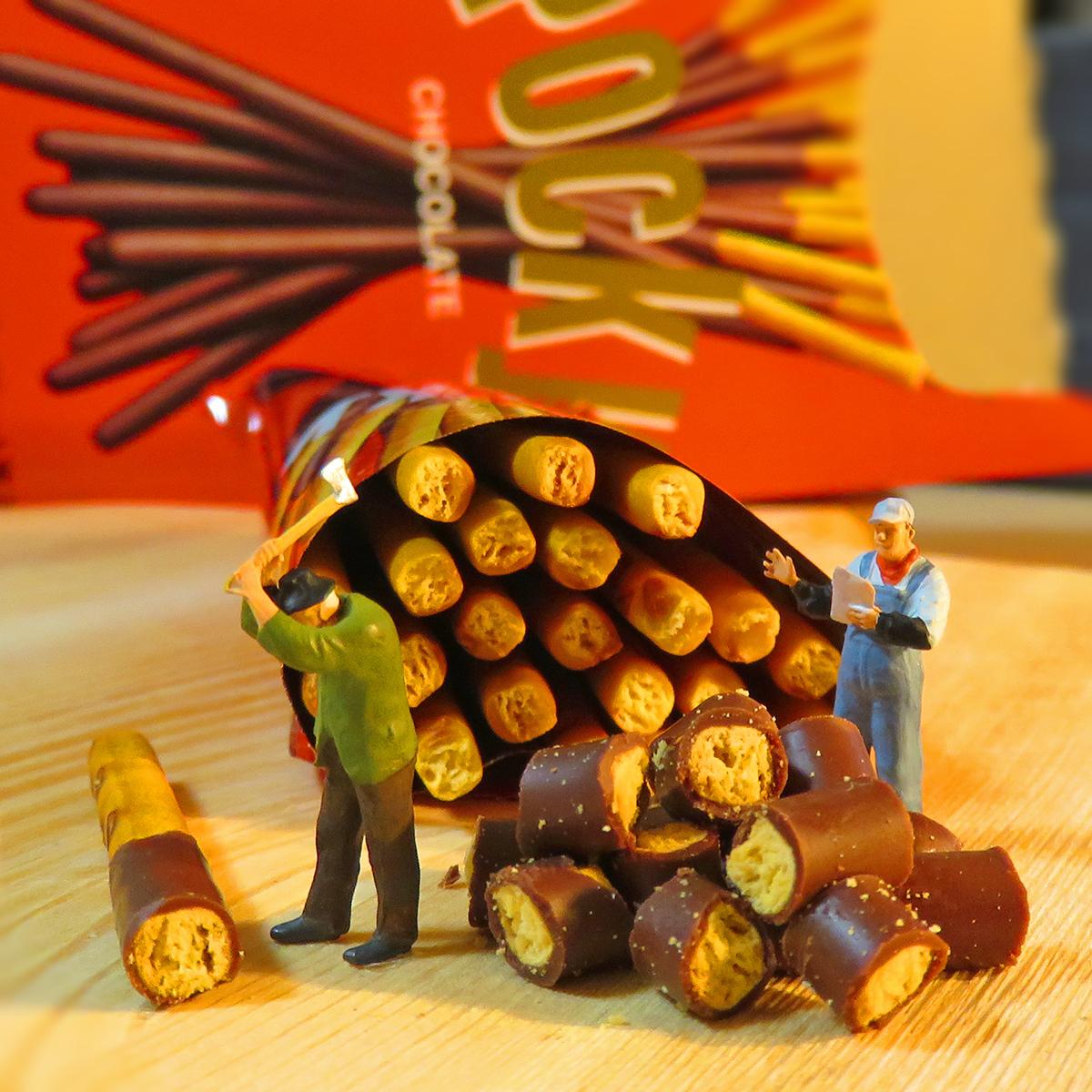 11月11日はポッキーの日!薪割りならぬポッキー割りをするグリコの作業員