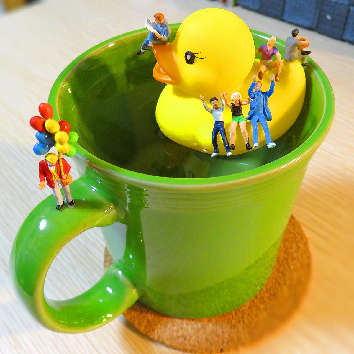 コップの水にアヒルゴムを浮かせて乗って楽しむ人達