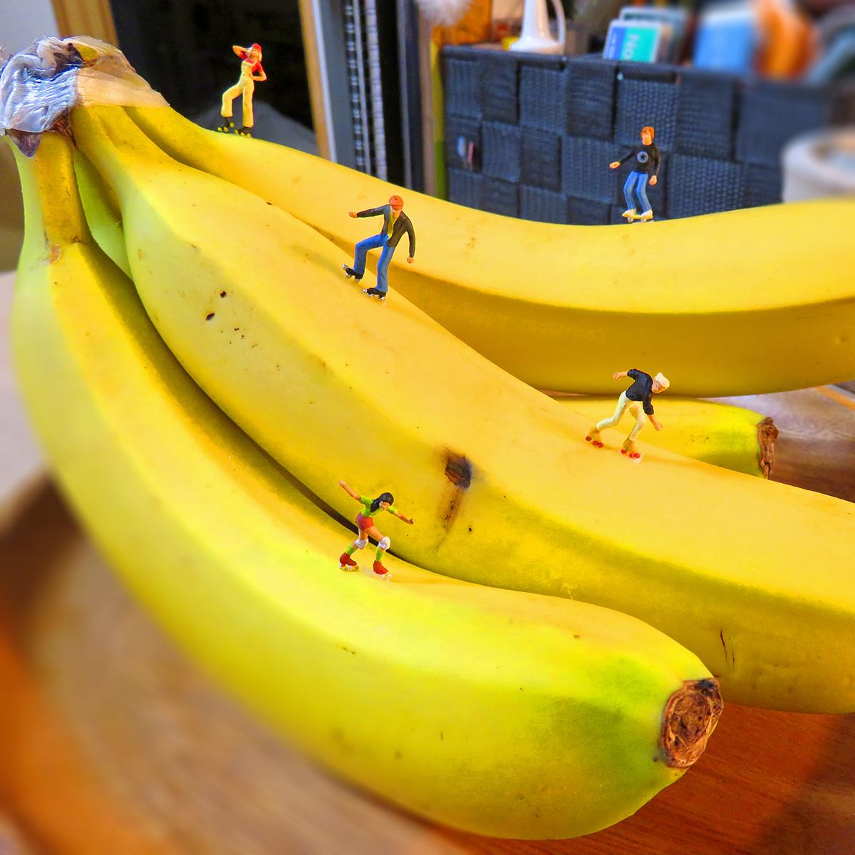 バナナでスケボーとローラースケートして遊ぶ男女たち