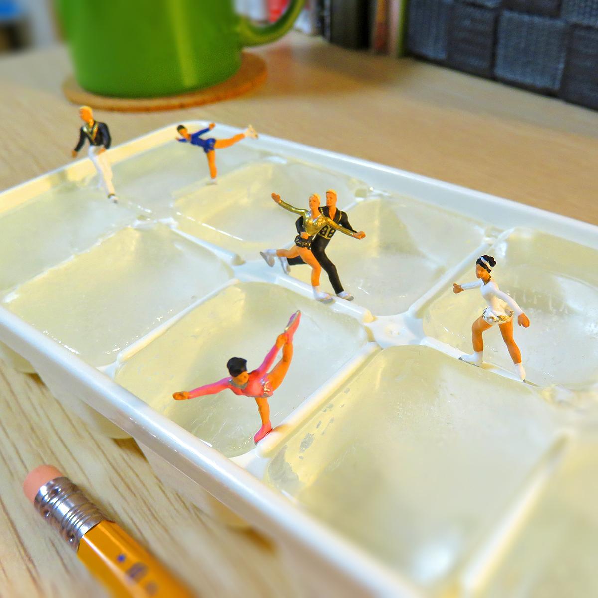 製氷皿でフィギュアスケートするスケート選手たち