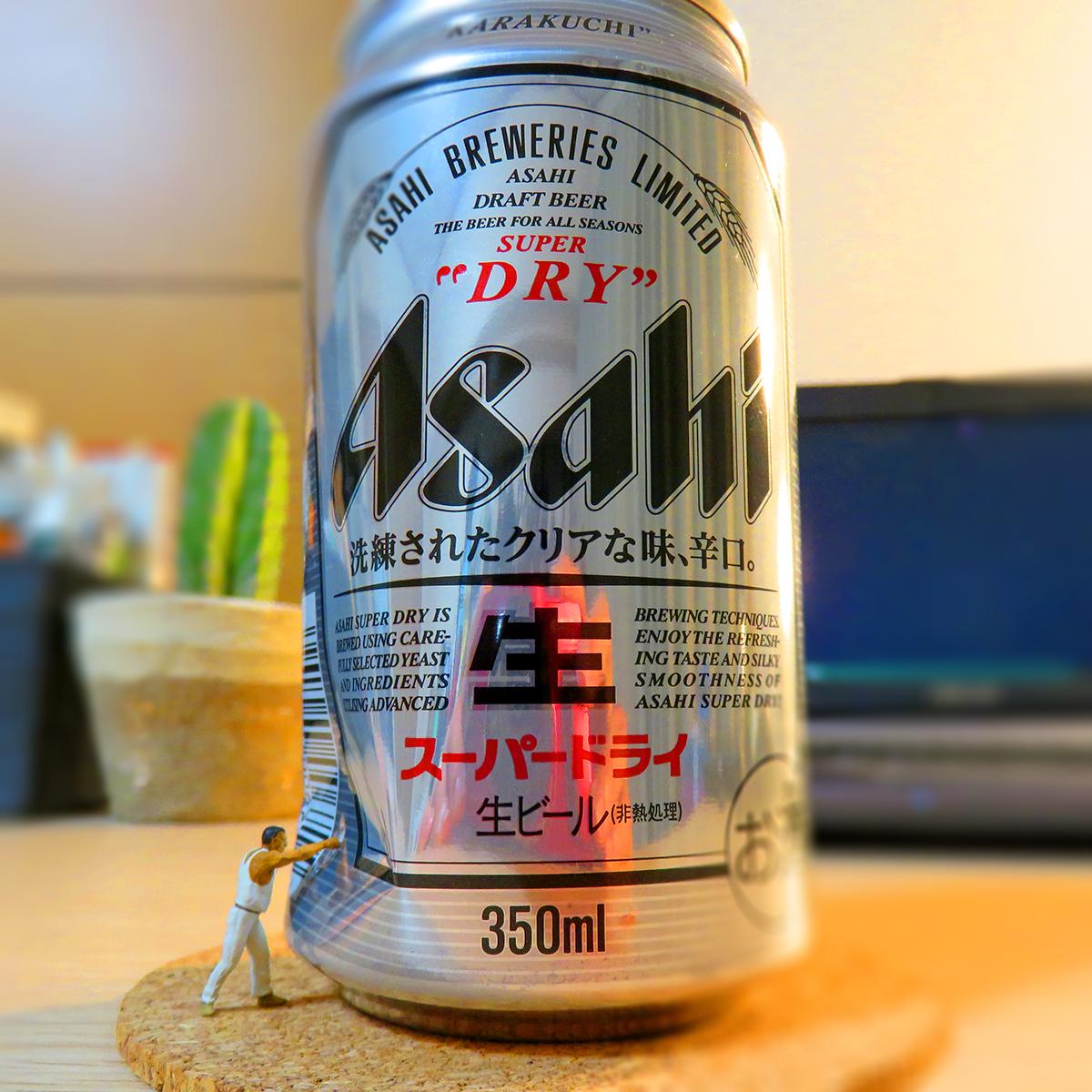 アサヒスーパードライの缶にパンチする格闘家