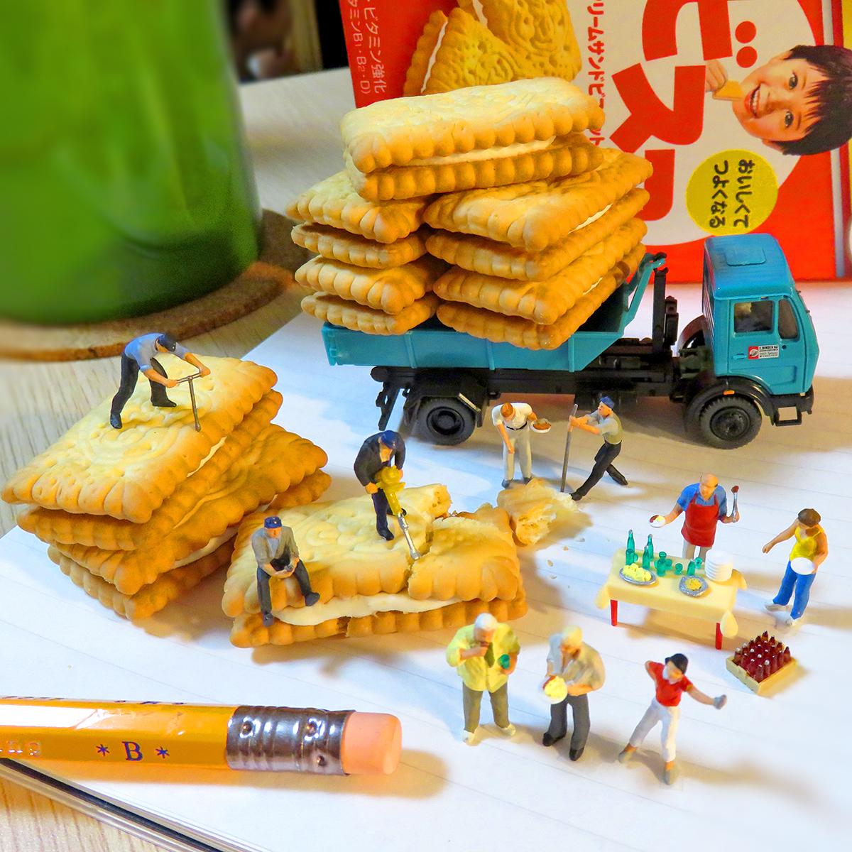 7月1日はビスコパーティー!ビスコを運ぶトラックと砕く作業員と食べる人達