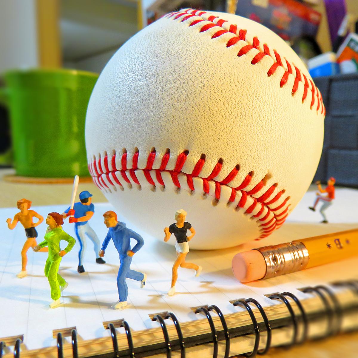 迫って来る巨大野球ボールを打つバッターと逃げる人達
