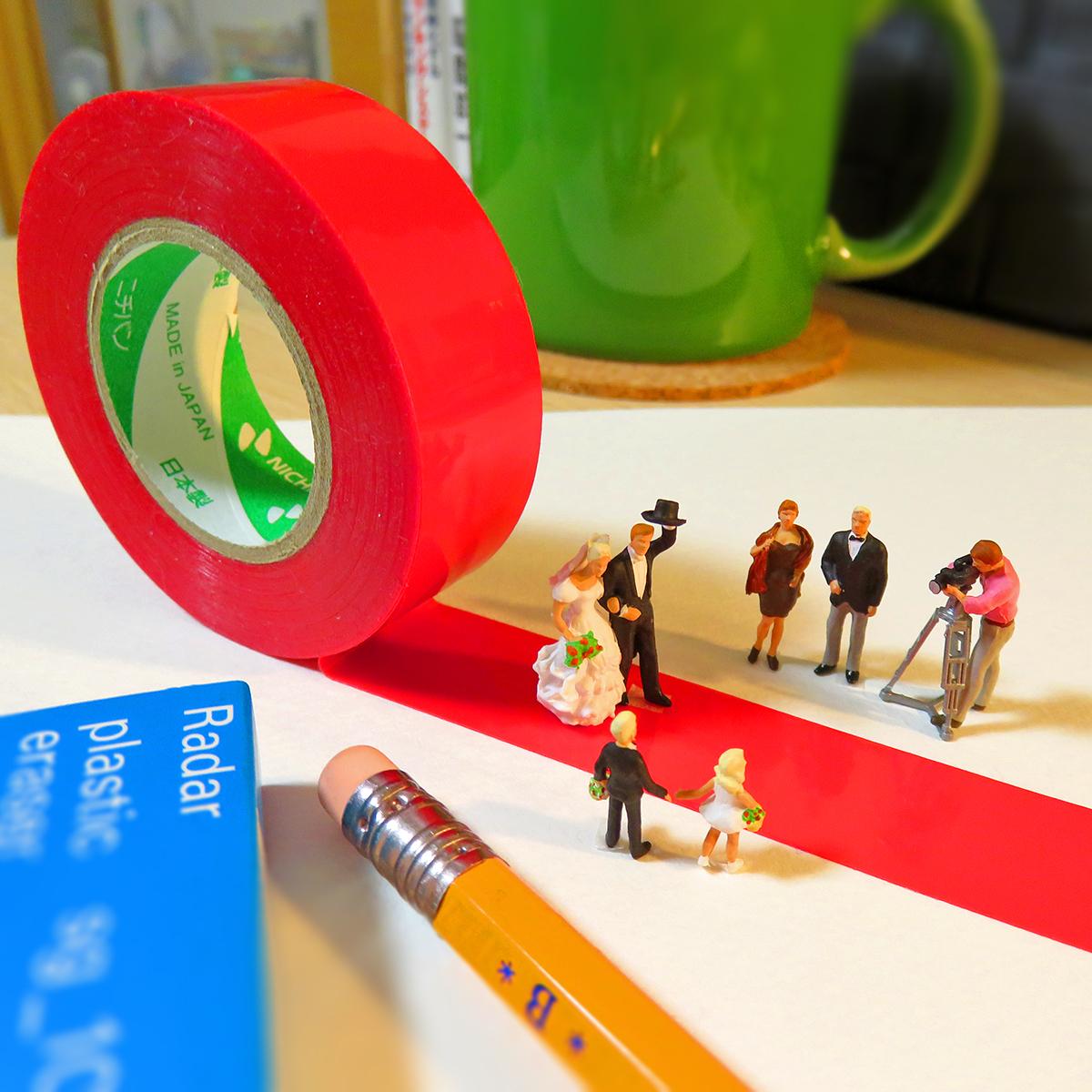 6月24日は6月大安週末ジューンブライド!結婚式で赤テープのバージンロードを歩く新郎新婦