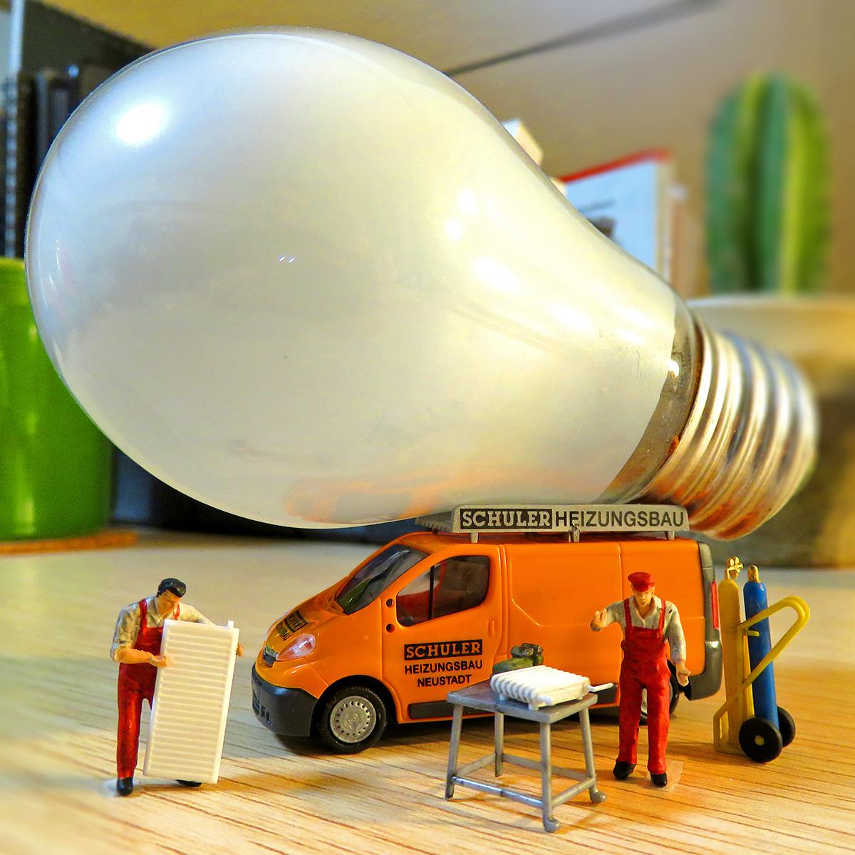 豆電球を取り替える出張サービスカーと作業員たち