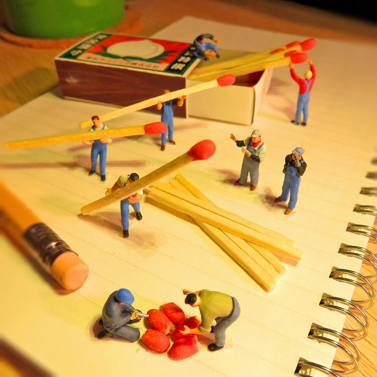 花火大会に向けてマッチの頭薬で花火玉を作る花火師たち