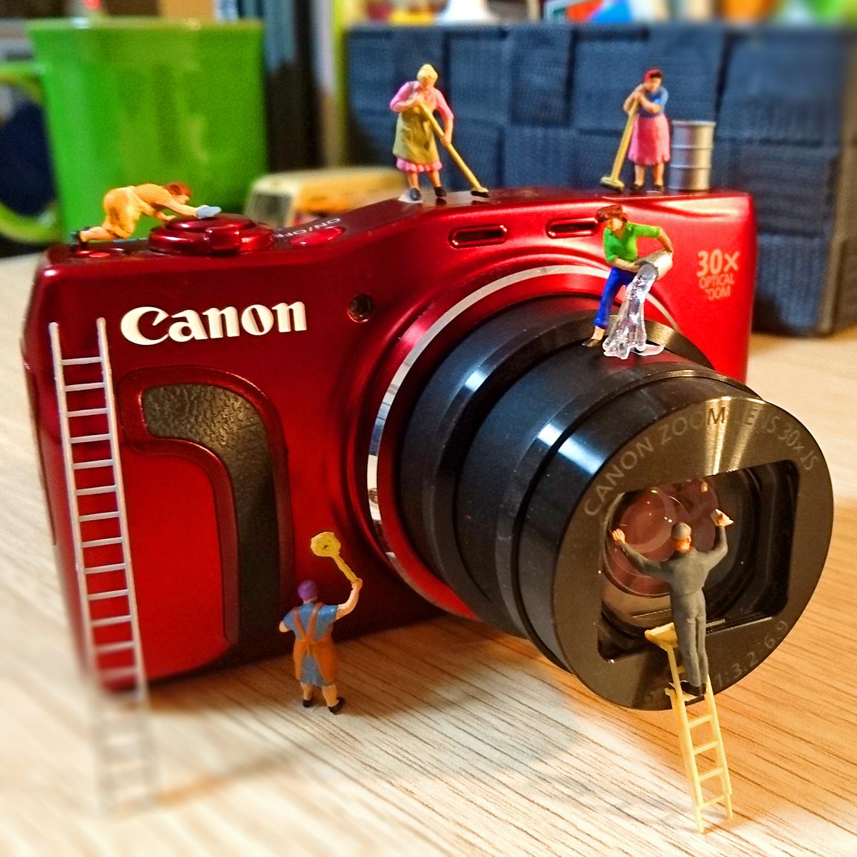 ジオラマ撮影に愛用してるカメラを掃除する清掃員たち